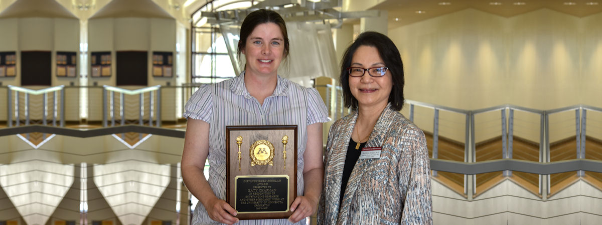 Katy Chapman, 2017 award recipient of Distinguished Faculty Scholar with presenter Soo-Yin Lim-Thompson