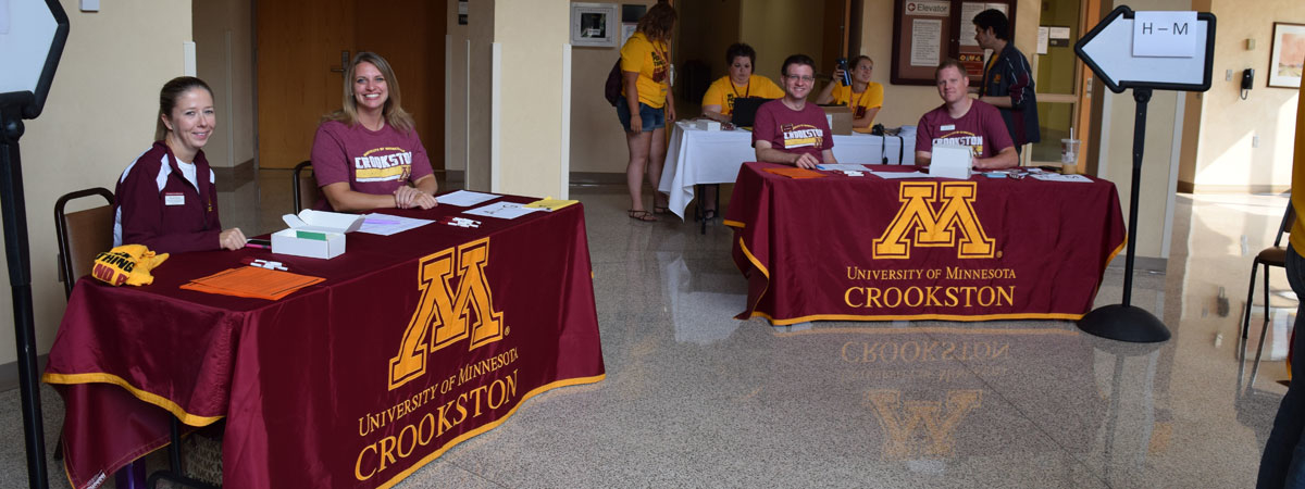 UMC faculty and staff volunteers in Kiehle Rotunda checking new students in for orientation.